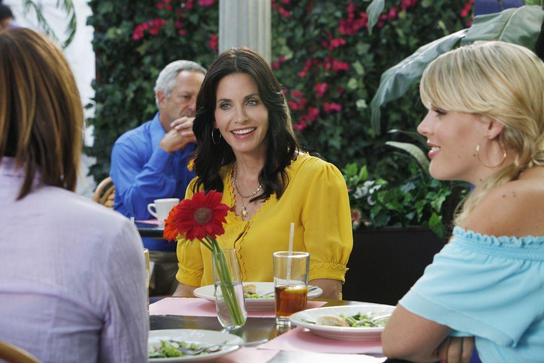Gemeinsam überlegen Jules (Courteney Cox, M.), Laurie (Busy Philipps, r.) und Ellie (Christa Miller, l.), wie sich Jules am besten von Josh trennen... - Bildquelle: 2009 ABC INC.