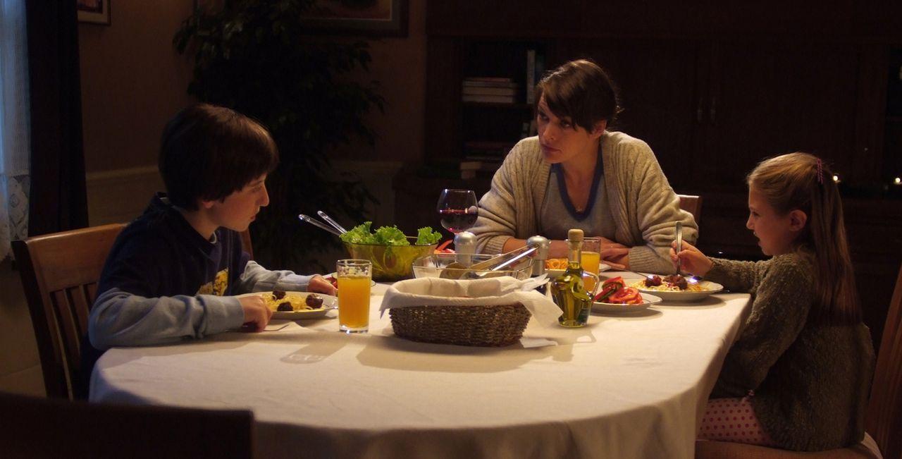 Seit dem Tod ihres Vaters kann die kleine Ashley Tyler (Mia McKenna-Bruce, r.) nicht mehr sehen und Ronnie Tyler (Raphaël Coleman, l.) gibt verzweif... - Bildquelle: 2009 Gold Circle Films LLC.  All rights reserved