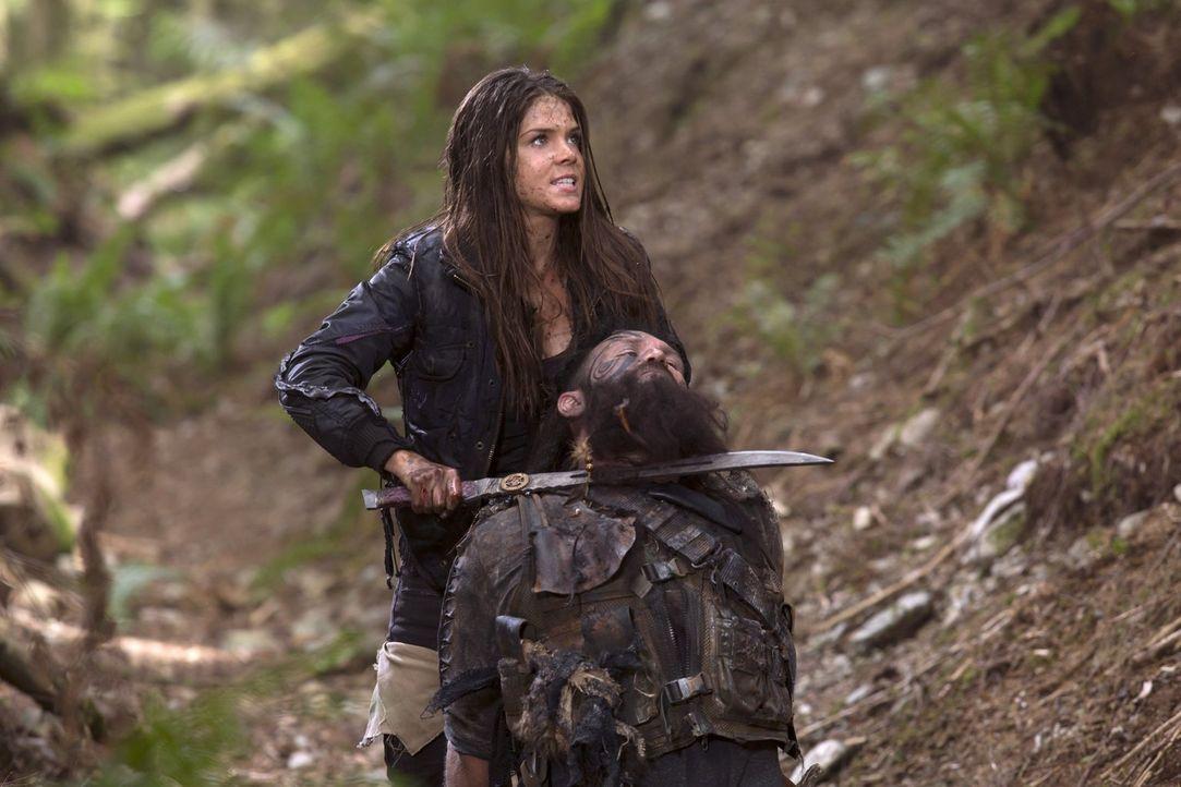 Octavia (Marie Avgeropoulos, hinten) schreckt so schnell vor nichts zurück, wenn es darum geht, Lincoln wiederzubekommen. Aber würde sie wirklich ih... - Bildquelle: 2014 Warner Brothers
