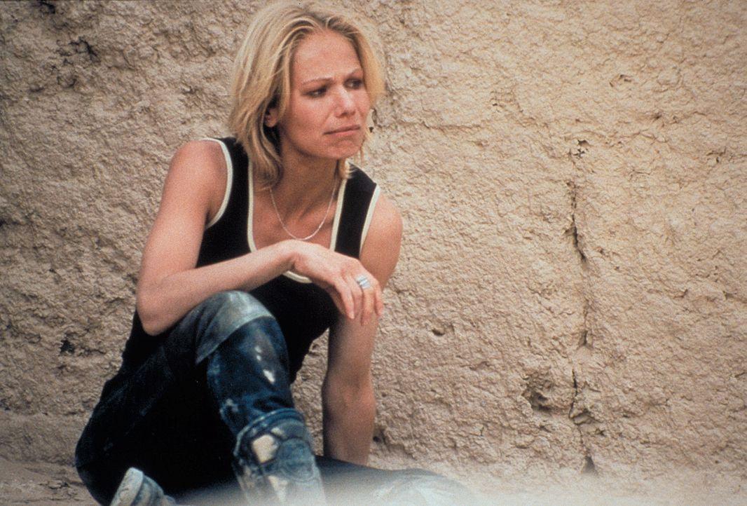 Statt Abenteuerurlaub ein Horrortrip: Jennifer (Claudine Wilde) landet in der Hand jemenitischer Entführer ... - Bildquelle: Heiko von Tippelskirch ProSieben