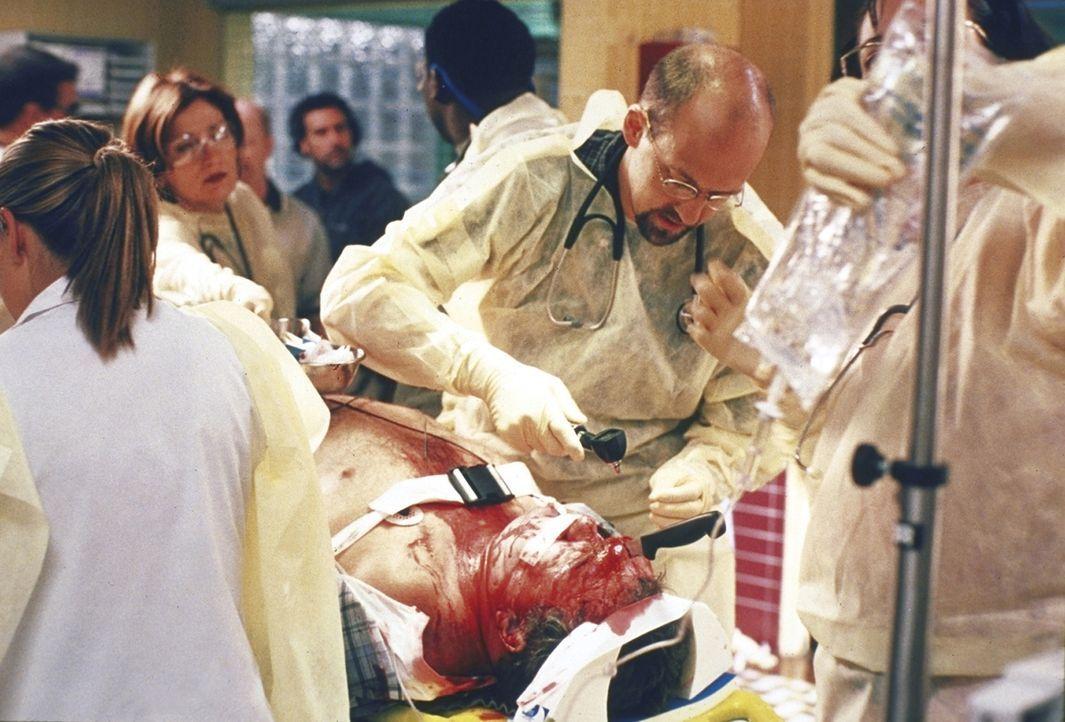Greene (Anthony Edwards, r.) gelingt es, dem Schwerverletzten das Leben zu retten. - Bildquelle: TM+  2000 WARNER BROS.