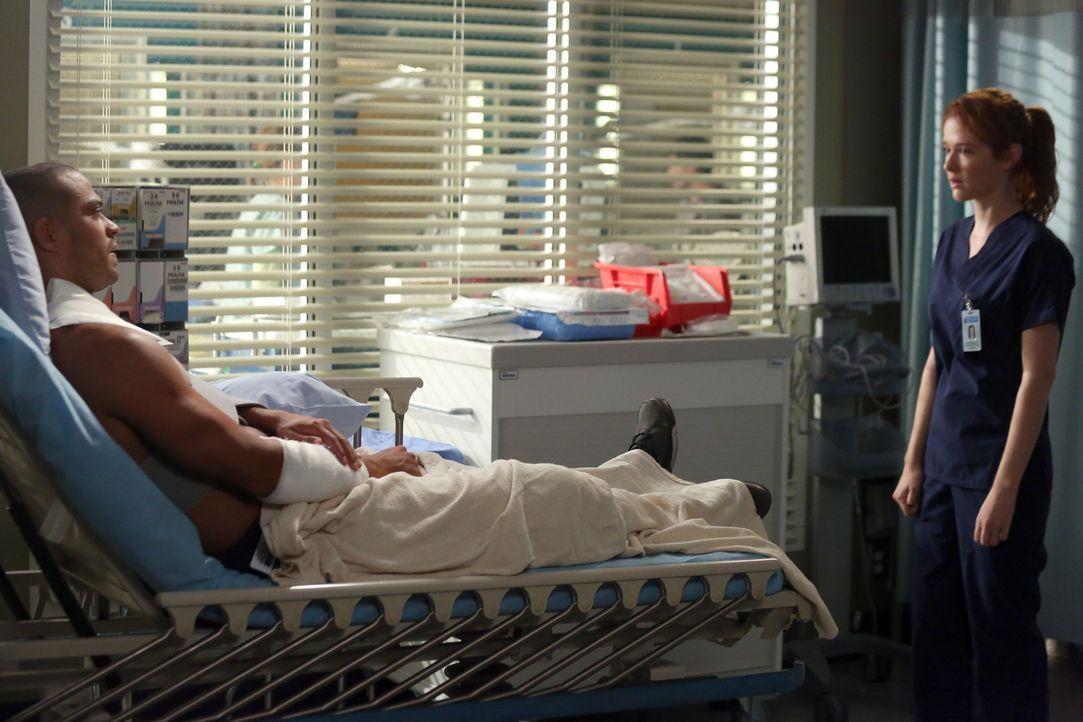 Noch immer kämpfen die Ärzte im Krankenhaus an den Folgen des schweren Sturms, bei dem auch Jackson (Jesse Williams, l.) verletzt wurde. April (Sara... - Bildquelle: ABC Studios
