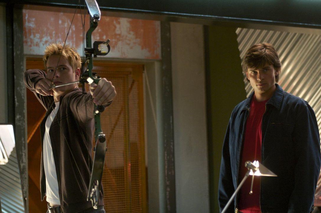 Eigentlich wollte Clark (Tom Welling, r.) den Green Arrow (Justin Hartley, l.) schnappen, weil er die Kette seiner Mutter geklaut hatte. Als sich he... - Bildquelle: Warner Bros.