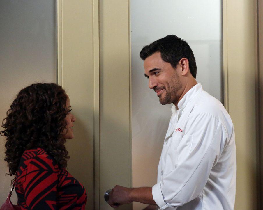 Als Zoila (Judy Reyes, l.) erfährt, wer bei Javier (Ivan Hernandez, r.) als Hausmädchen arbeitet, trifft sie eine Entscheidung ... - Bildquelle: 2014 ABC Studios