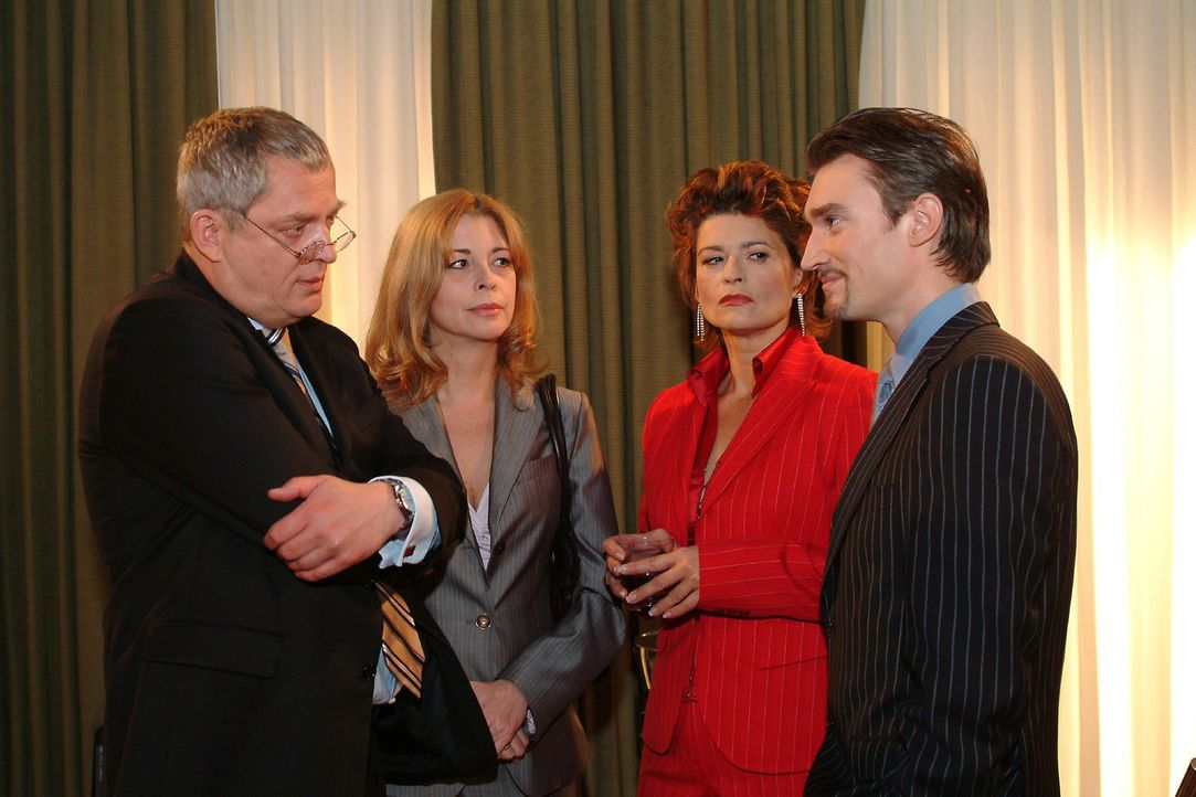 Mit gemischten Gefühlen nehmen Friedrich (Wilhelm Manske, l.) und Laura (Olivia Pascal, 2.v.l.) zur Kenntnis, dass Richard (Karim Köster, r.) die... - Bildquelle: Sat.1