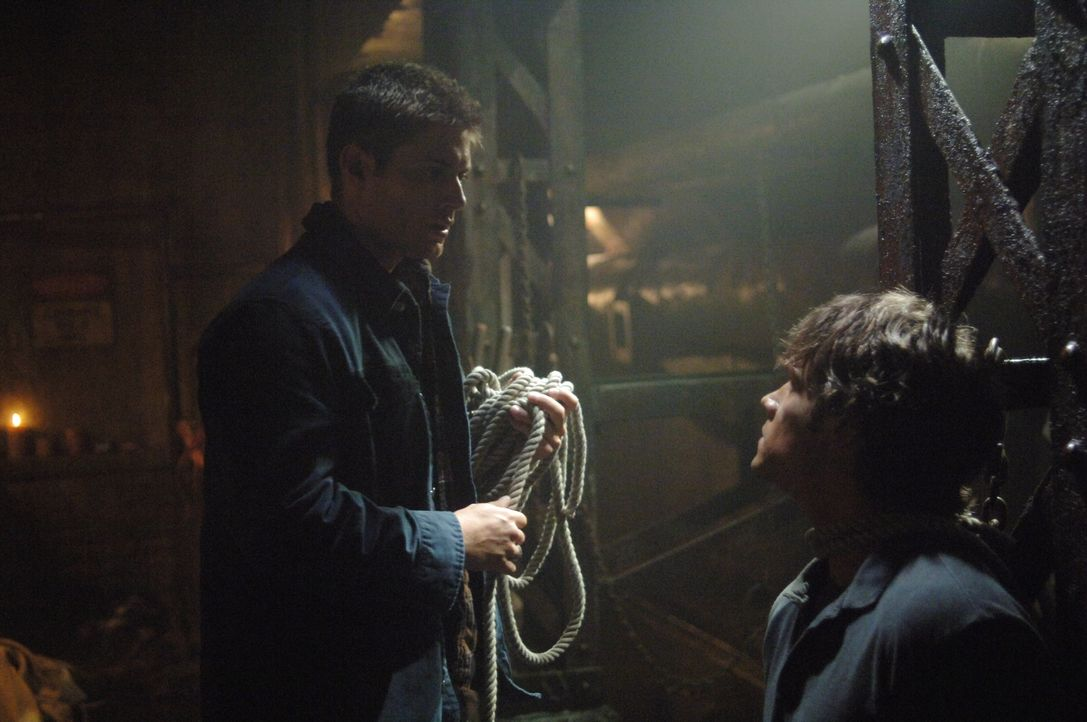 Bei ihrem Versuch, das den Formwandler zu stoppen, geraten Sam (Jared Padalecki, r.) und Dean (Jensen Ackles, l.) in höchste Gefahr ... - Bildquelle: Warner Bros. Television