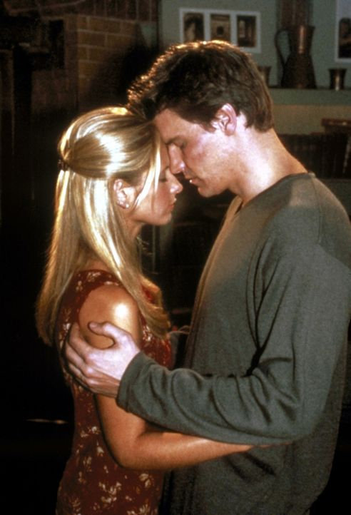Nach langer Zeit können sich Buffy (Sarah Michelle Gellar, l.) und Angel (David Boreanaz, r.) endlich ihrer Liebe hingeben. - Bildquelle: TM +   2000 Twentieth Century Fox Film Corporation. All Rights Reserved.