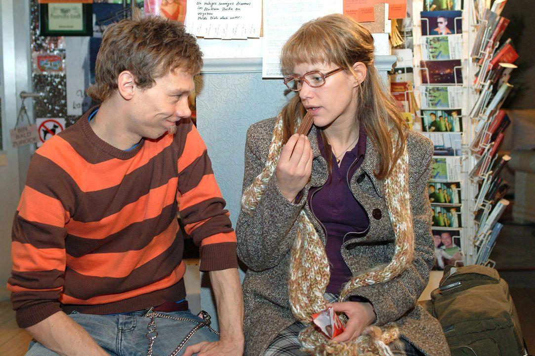 Auf den Schreck erst einmal Schokolade: Lisa (Alexandra Neldel, r.) bittet Jürgen (Oliver Bokern, l.), sich die peinlichste Situation auszumalen, d... - Bildquelle: Sat.1