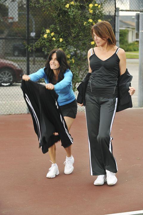 Jules (Courteney Cox, l.) trumpft mit einem Minirock auf um bei Alex, dem attracktiven Tennislehrer zu punkten. Ellie (Christa Miller, r.) kann es n... - Bildquelle: 2009 ABC INC.