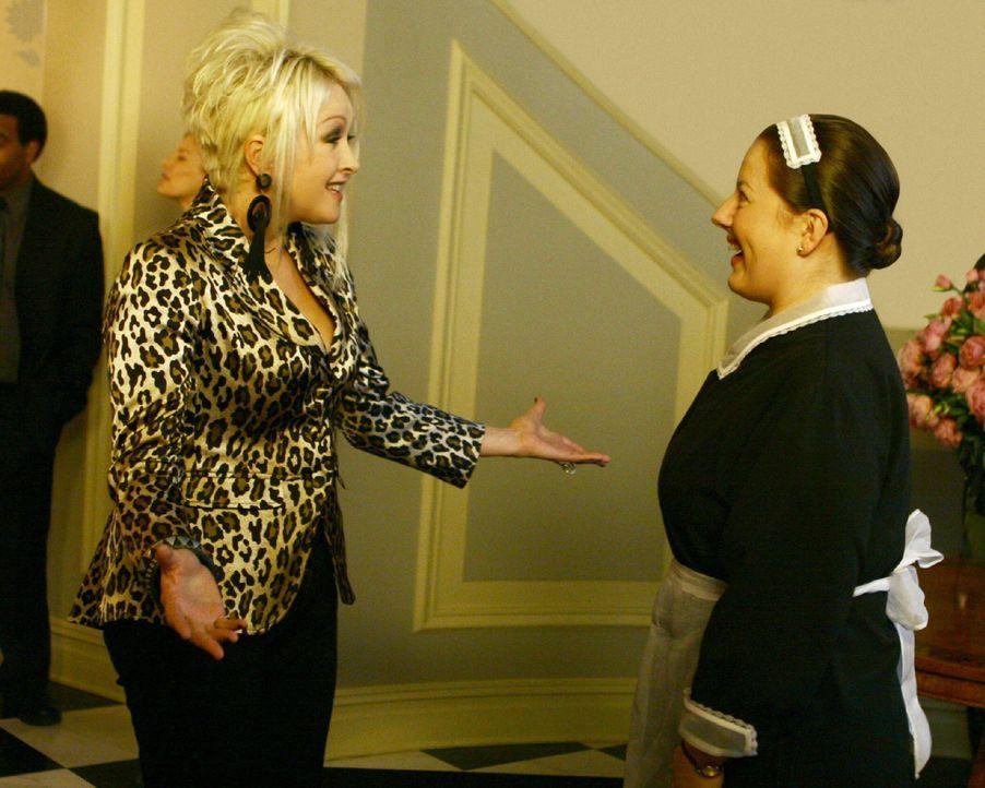 Dorota (Zuzanna Szadkowski, r.) ist total aus dem Häuschen, denn sie lernt Cindy Lauper (Cindy Lauper, l.) höchstpersönlich kennen ... - Bildquelle: Warner Brothers