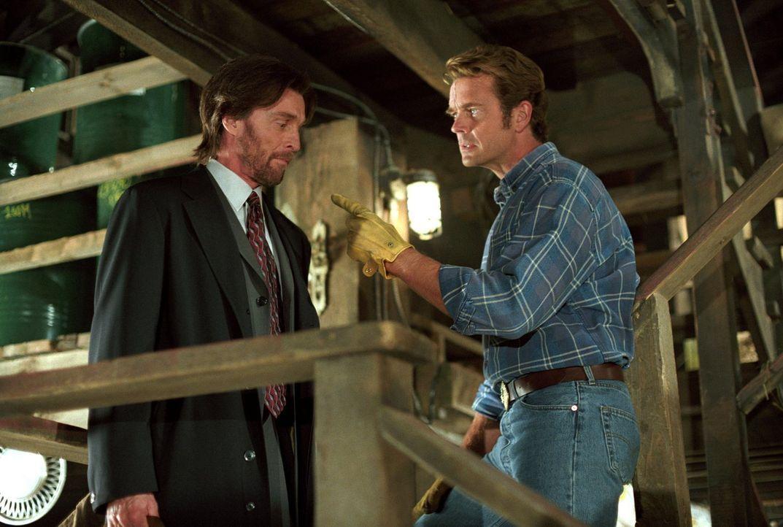 Als eine Frau in Smallville auftaucht und behauptet, sie sei Clarks Mutter und Lionel Luther (John Glover, l.) sei sein Vater, stellt Jonathan (John... - Bildquelle: Warner Bros.