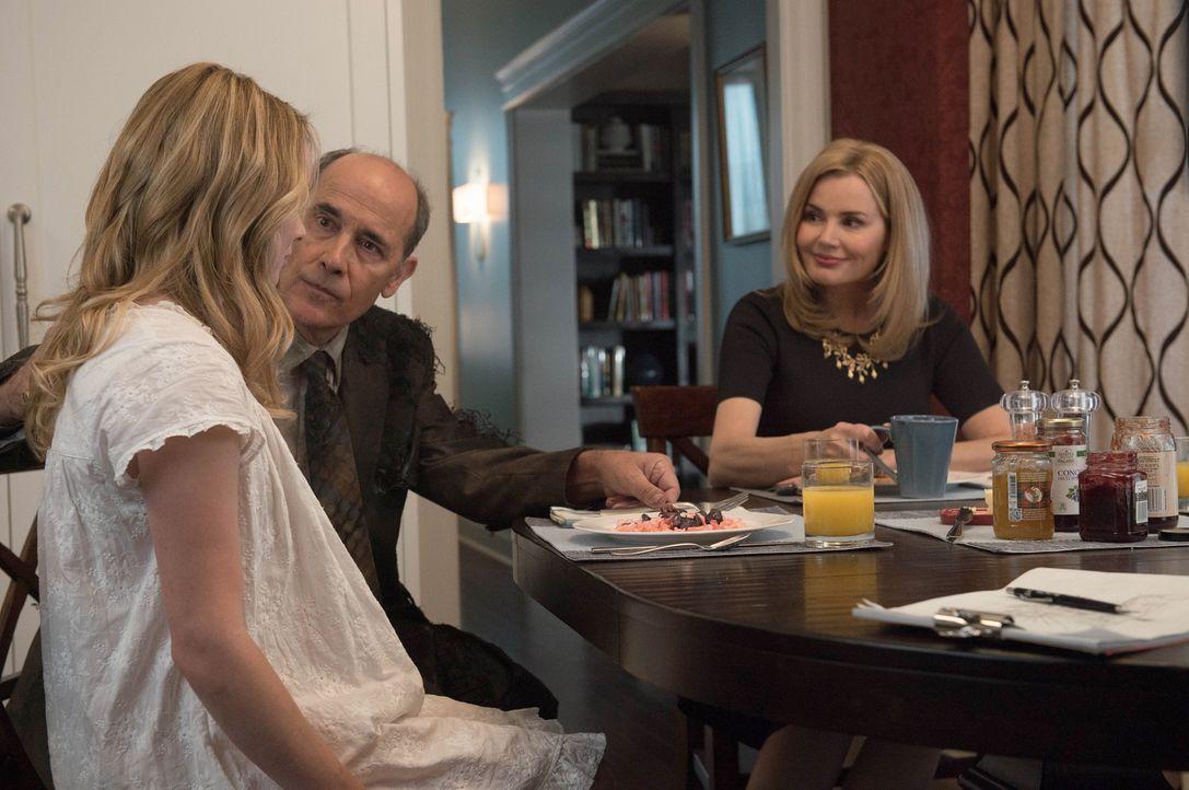 Traum oder Realität? Casey (Hannah Kasulka, l.) wird vom Salesman (Robert Emmet Lunney, M.) und ihrer Mutter Angela (Geena Davis, r.) gezwungen, sic... - Bildquelle: 2016 Fox and its related entities.  All rights reserved.