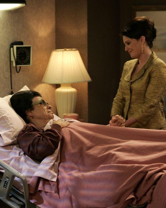 Rosario (Shelley Morrison, l.) ist krank und Karen (Megan Mullaly, r.) weigert sich zu glauben, dass sie wirklich ernsthaft krank ist ... - Bildquelle: Chris Haston NBC Productions