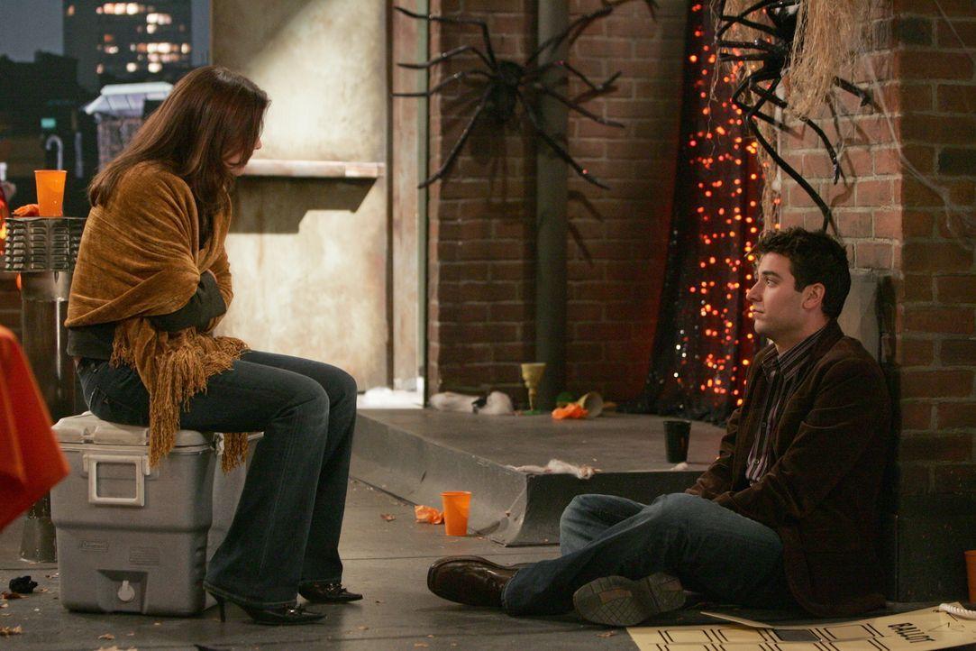 Es ist zwar nicht die erhoffte Kürbisfrau, dafür aber erscheint Robin (Cobie Smulders, l.) auf der Party. Ted (Josh Radnor, r.) ist sehr erfreut dar... - Bildquelle: 20th Century Fox International Television