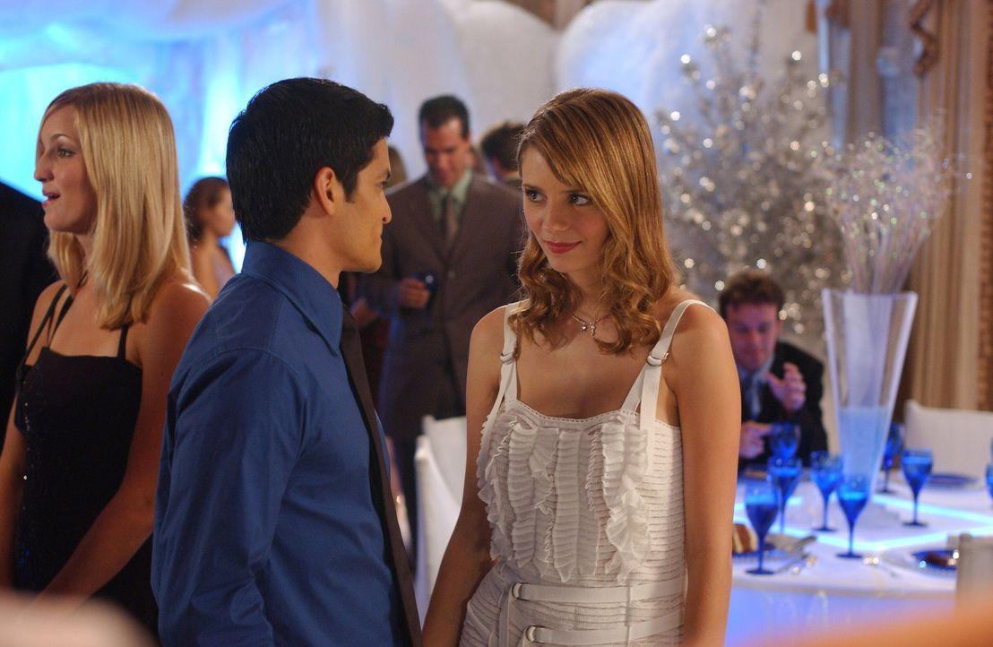 Es bahnt sich erneut etwas an: Marissa (Mischa Barton, r.) und DJ (Nicolas Gonzales, l.) ... - Bildquelle: Warner Bros. Television