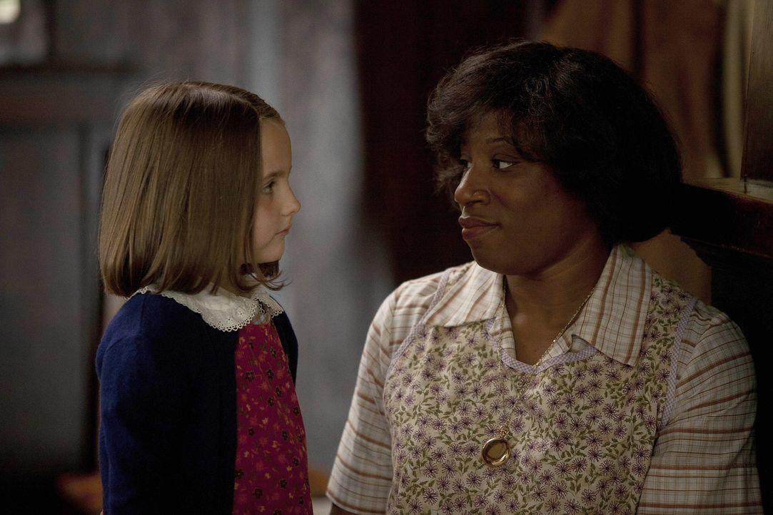 Pearl (Ava Acres, l.) weiß noch nicht, was auf sie und ihre Mutter zukommt. Maggie (Jennifer Lewis, r.) steht der Kleinen bei wo sie nur kann ... - Bildquelle: 2011 Sony Pictures Television Inc. All Rights Reserved.