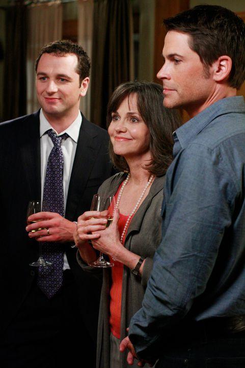 Versuchen die Anspannung vor der Sozialarbeiterin zu verstecken: Kevin (Matthew Rhys, l.), Nora (Sally Field, M.) und Robert (Rob Lowe, r.) ... - Bildquelle: 2008 ABC INC.