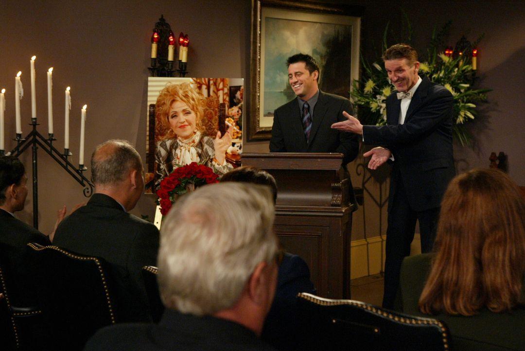 Joey (Matt LeBlanc, M.) spricht letzte tröstenden Worte für die verstorbene Estelle (June Gable, Bild) ... - Bildquelle: 2003 Warner Brothers International Television