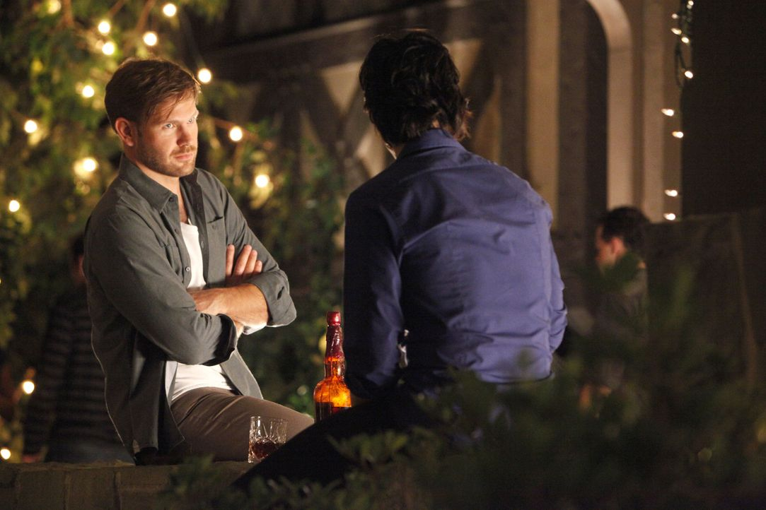 Damon (Ian Somerhalder, r.) erzählt Alaric (Matt Davis, l.), dass er Stefan aufgespürt hat, der jetzt den Handlanger für Klaus spielt ... - Bildquelle: © Warner Bros. Entertainment Inc.