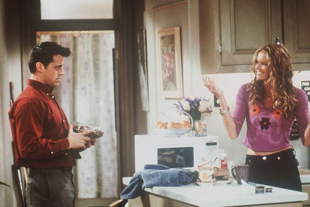 Janine (Elle Macpherson, r.) versteht nicht, weshalb Joey (Matt LeBlanc, l.) sich über die hübschen Gegenstände beschwert, mit denen sie die Wohn... - Bildquelle: TM+  2000 WARNER BROS.