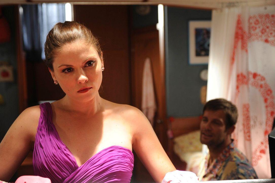Walter (Geoff Stults, r.) wird den Verdacht nicht los, dass Lisa (Jodi Lyn O'Keefe, l.) etwas zu verbergen hat ... - Bildquelle: 2012 Twentieth Century Fox Film Corporation. All rights reserved.