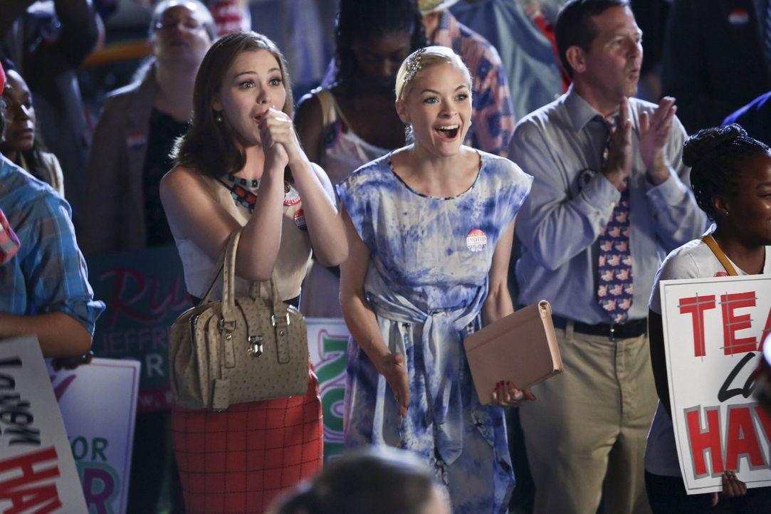 Voller Elan und mit extravaganten Methoden wollen Annabeth (Kaitlyn Black, l.) und Lemon (Jaime King, M.) ihrem geliebten Lavon zum Wahlsieg verhelf... - Bildquelle: Warner Bros.