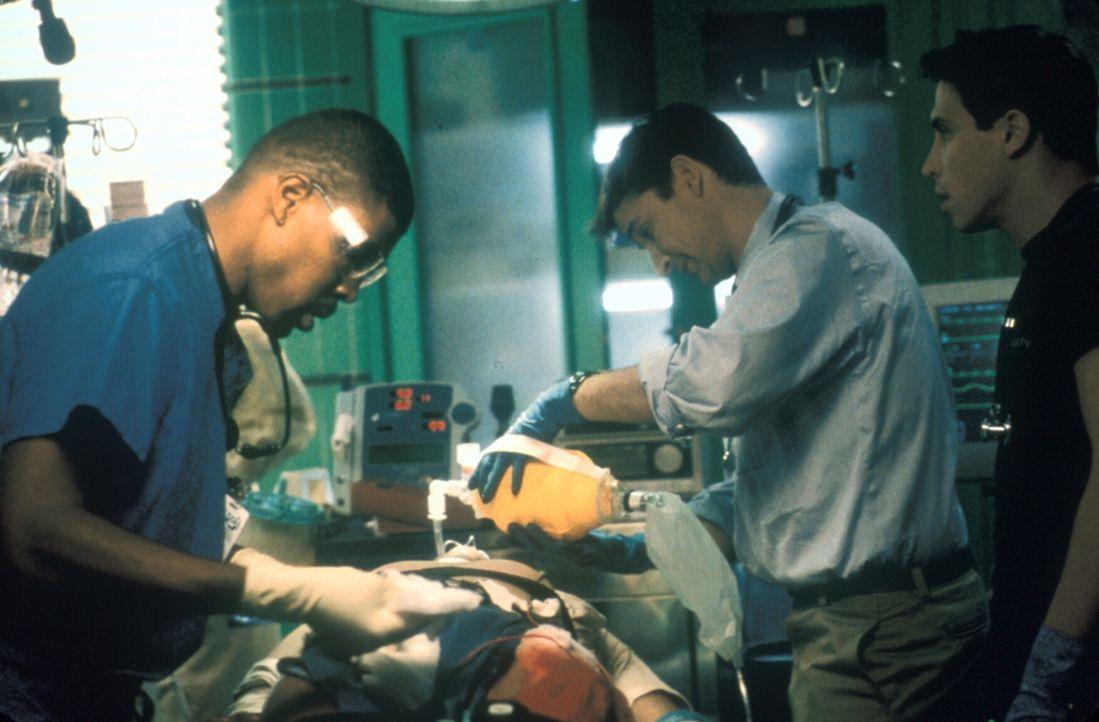 Carter (Noah Wyle, M.), Malucci (Eric Palladino, r.) und Dr. Benton (Eriq LaSalle, l.) sorgen sich um einen verunglückten Kranführer. - Bildquelle: TM+  2000 WARNER BROS.