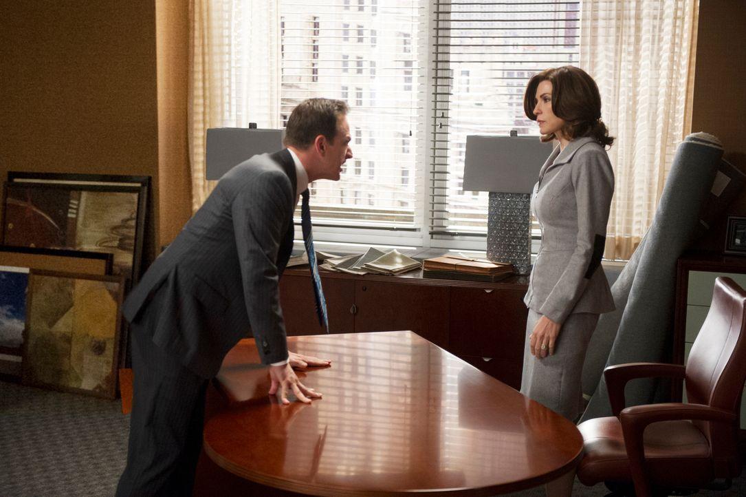 Als Will (Josh Charles, l.) erfährt, dass Alicia (Julianna Margulies, r.) und Cary die Kanzlei verlassen wollen, verliert er vollkommen die Kontroll... - Bildquelle: David M. Russell 2013 CBS Broadcasting Inc. All Rights Reserved.