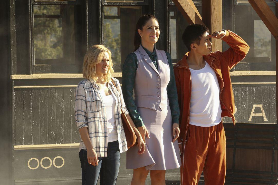 """Zu dritt sind (v.l.n.r.) Eleanor (Kristen Bell), Janet (D'Arcy Carden) und Jianyu (Manny Jacinto) vom """"Good Place"""" geflohen, um im """"Middle Place"""" ei... - Bildquelle: Vivian Zink 2016 Universal Television LLC. ALL RIGHTS RESERVED."""
