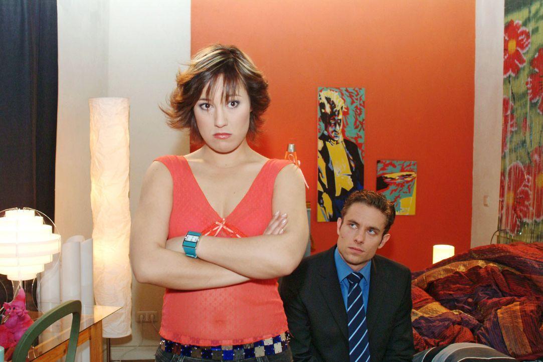 Yvonne (Bärbel Schleker, l.) ist zwar enttäuscht, dass Max (Alexander Sternberg, r.) sie nicht bei der Party dabeihaben will, sagt ihm aber ganz deu... - Bildquelle: Monika Schürle SAT.1 / Monika Schürle
