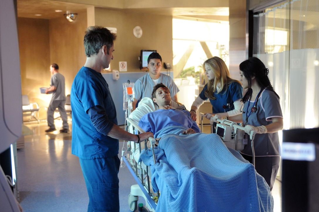 Das Krankenhausteam, Dr. Proctor (Jeremy Northam, l.), Dr. Warren (Elisabeth Harnois, 2. v. r.) und Krankenpflegerin Longino (Chuti Tiu, r.) empfang... - Bildquelle: Warner Brothers