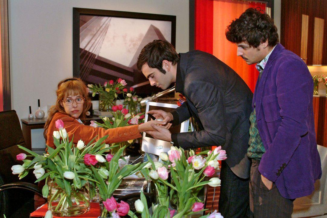 Bei der Parfümverkauf-Besprechung mit David (Mathis Künzler, M.) und Rokko (Manuel Cortez, r.) ist Lisa (Alexandra Neldel, l.) abgelenkt - sie bem... - Bildquelle: Sat.1
