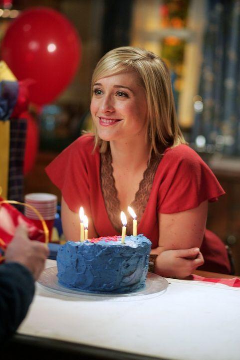 Chloe (Allison Mack) freut sich, Clark an seinem Geburtstag eine Freude zu machen. Noch ahnt sie nicht, von wem er sonst noch hören wird ... - Bildquelle: Warner Bros.