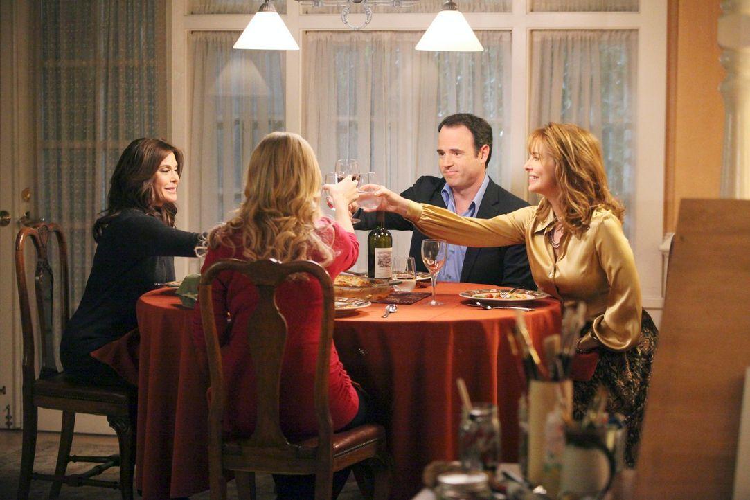 Susan (Teri Hatcher, l.) kann nicht fassen, dass ihre Tochter Julie (Andrea Bowen, 2.v.l.) ihr ungeborenes Kind zur Adoption an Debbie (Stephanie Er... - Bildquelle: ABC Studios