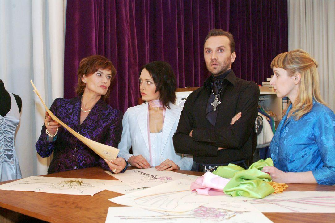 Die Mitarbeiterinnen Nina (Meike Brose, 2.v.l.) und Ariane (Lilli Anders, r.) sind begeistert von Hugos (Hubertus Regout, 2.v.r.) Entwürfen - Sophi... - Bildquelle: Monika Schürle Sat.1