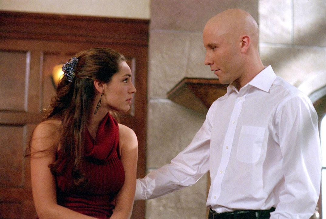 Kann Lex (Michael Rosenbaum, r.) Victoria (Kelly Brook, l.) vor dem mysteriösen Unsichtbaren beschützen? - Bildquelle: Warner Bros.