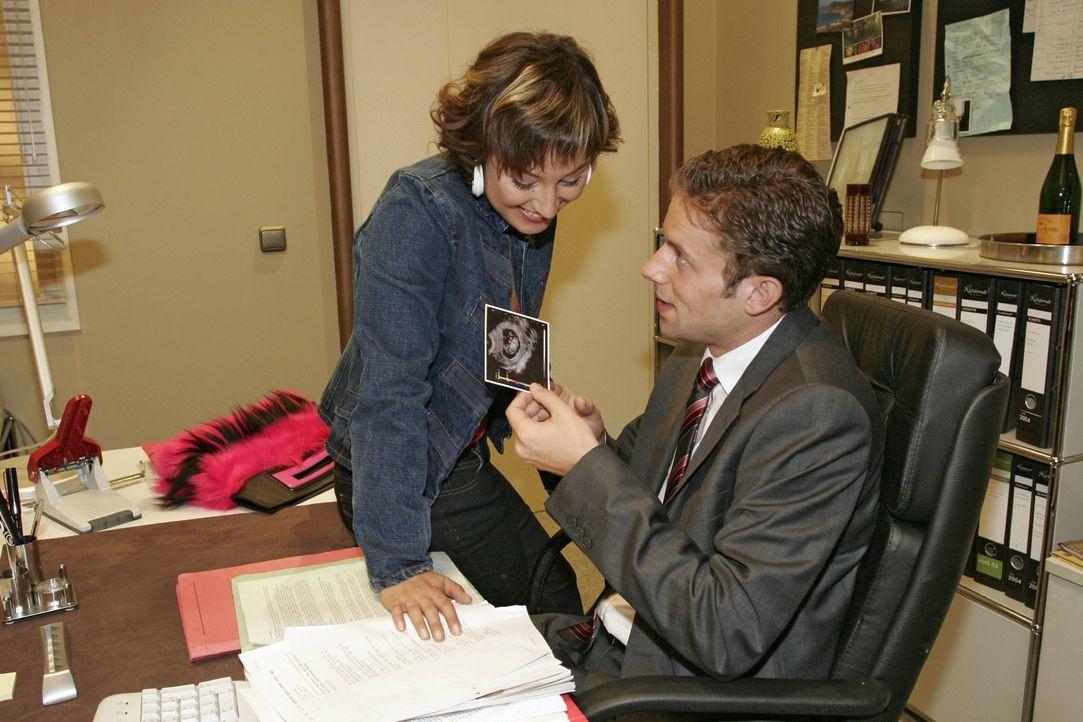 Yvonne (Bärbel Schleker, l.) überrascht Max (Alexander Sternberg, r.) mit einem Ultraschallbild ihres gemeinsamen Kindes. - Bildquelle: Noreen Flynn SAT.1 / Noreen Flynn