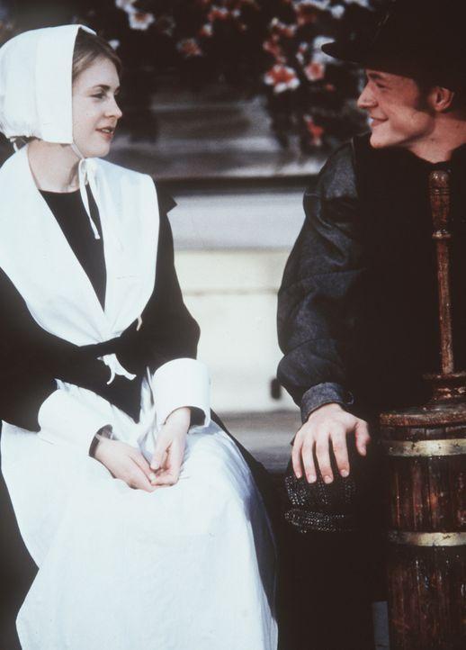 Harvey (Nate Richert, r.) versteht nicht, warum Sabrina (Melissa Joan Hart, l.) sich in Salem nicht wohlfühlt ... - Bildquelle: Paramount