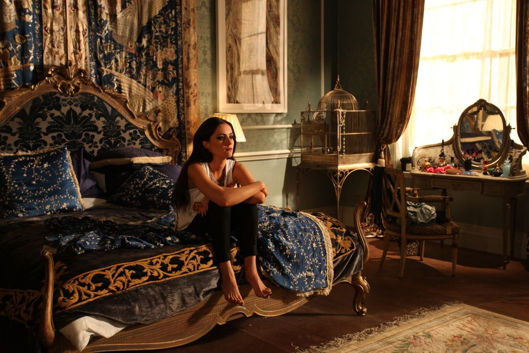 Muss sich mit Vorwürfen ihres Vaters, dem König, auseinandersetzen: Prinzessin Eleanor (Alexandra Park) ... - Bildquelle: Tim Whitby 2014 E! Entertainment Media LLC/Lions Gate Television Inc. / Tim Whitby