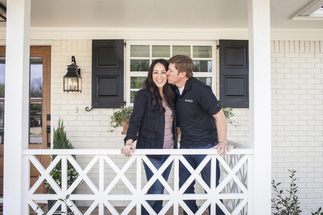 Was sich neckt, das liebt sich: Das humorvolle Ehepaar Joanna (l.) und Chip Gaines (r.) verwandeln günstige renovierungsbedürftige Häuser in wahre T... - Bildquelle: Jennifer Boomer 2016, HGTV/Scripps Networks, LLC. All Rights Reserved.