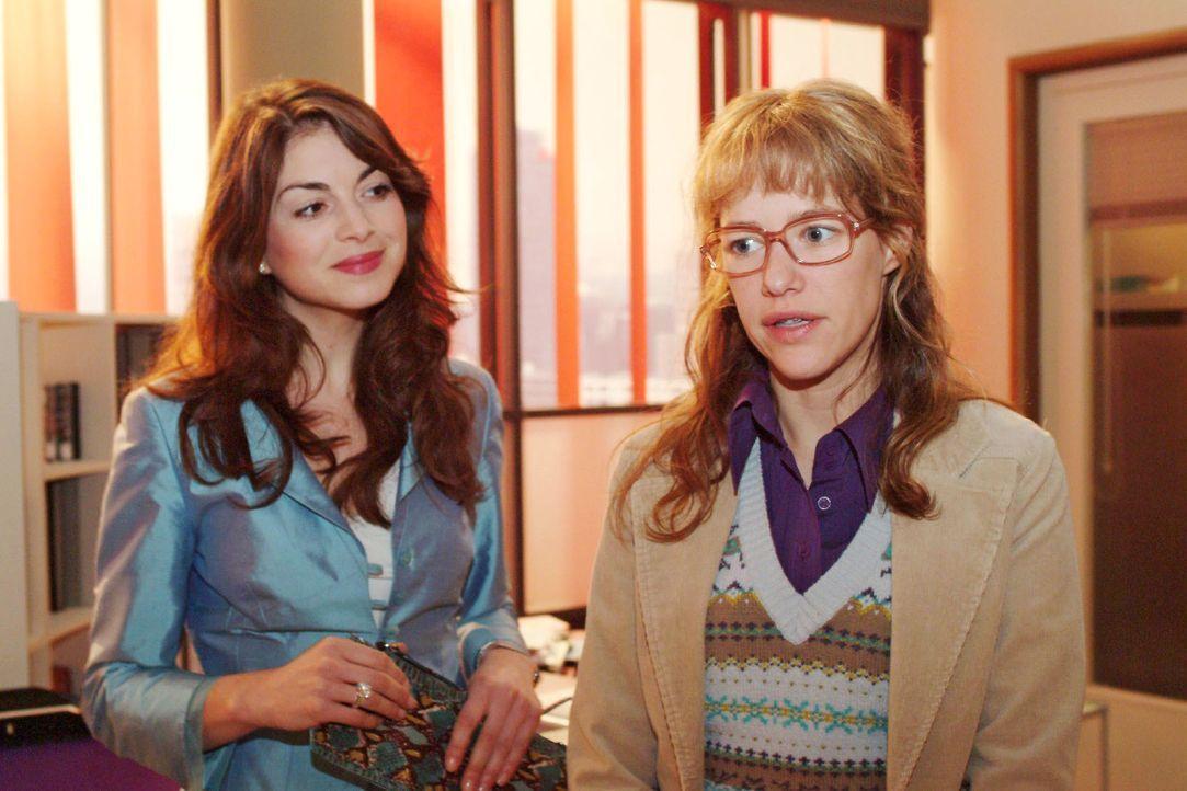 Mariella (Bianca Hein, l.) lädt Lisa (Alexandra Neldel, r.) auf einen Kaffee ein. Lisa weiß nun nicht, wie sie sich verhalten soll ... (Dieses Foto... - Bildquelle: Monika Schürle SAT.1 / Monika Schürle