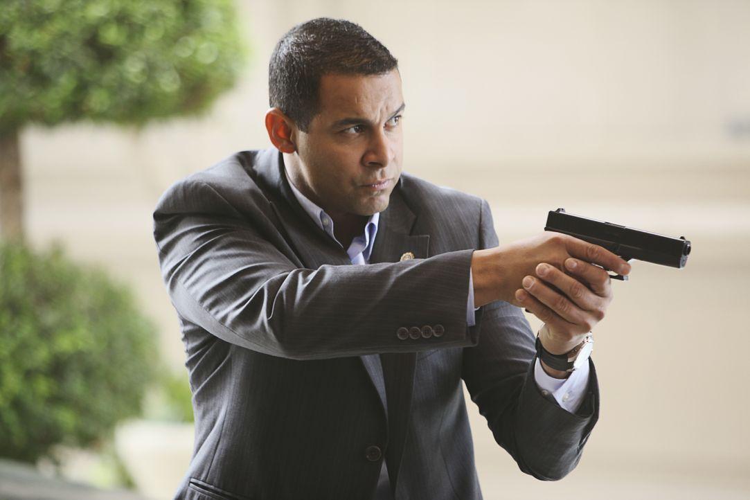 Hält einen Verdächtigen in Schach: Javier Esposito (Jon Huertas) - Bildquelle: ABC Studios