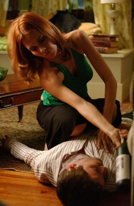 Perfider Plan: David (Todd Babcock, liegend) soll dafür leiden, was er Holly angetan hat. Tess (Allison Lange, kniend) nimmt die Rachepläne in die... - Bildquelle: 2005 Sony Pictures Home Entertainment Inc. All Rights Reserved.