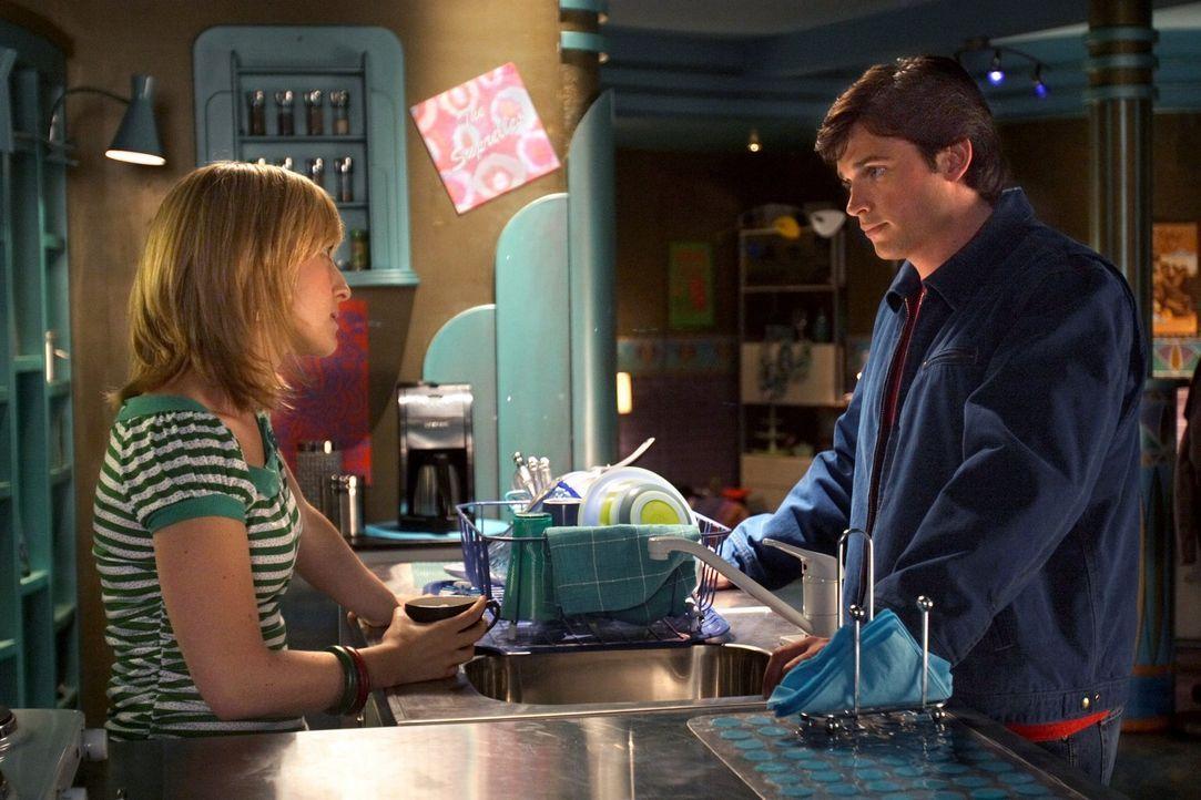 Da sie unglücklich mit ihrem Meteoriten-Freak-Dasein ist, will Chloe (Allison Mack, l.) sich einer korrigierenden Operation unterziehen. Clark (Tom... - Bildquelle: Warner Bros.