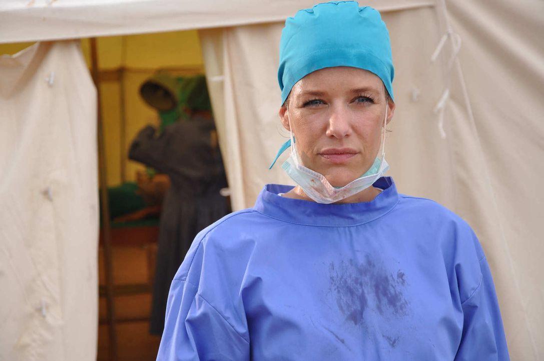 Die junge Medizinerin Dr. Sophie Heimbach (Alexandra Neldel) wird von ihrer Chefin in ein Erdbebengebiet nach Indonesien geschickt Vor Ort soll sie... - Bildquelle: Aki Pfeiffer SAT.1