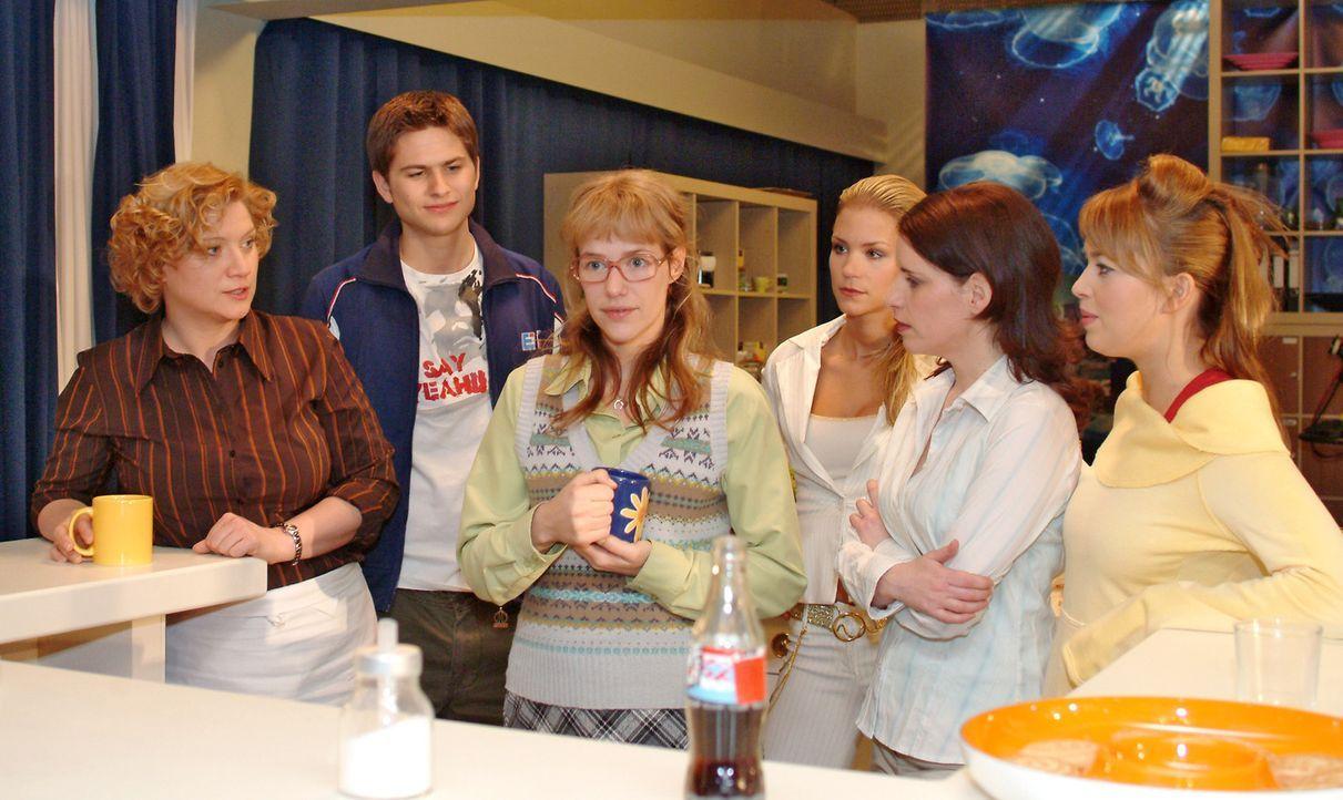 Lisa (Alexandra Neldel, 3.v.l.) klärt die verblüfften Kollegen Agnes (Susanne Szell, l.), Timo (Matthias Dietrich, 2.v.l.), Sabrina (Nina-Friederi... - Bildquelle: Sat.1