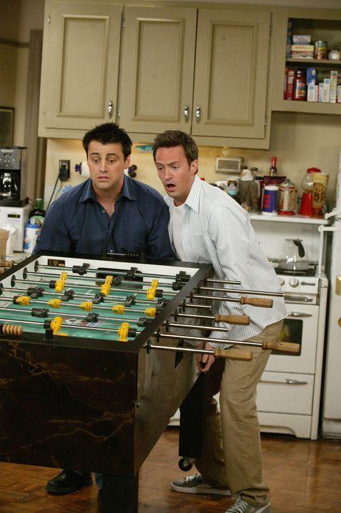 Sind im Unzugsstress: Chandler (Matthew Perry, r.) und Joey (Matt LeBlanc, l.) ... - Bildquelle: 2003 Warner Brothers International Television