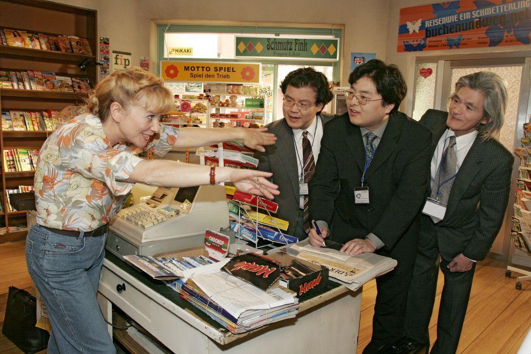 Verständigungsschwierigkeiten: Helga (Ulrike Mai, l.) muss feststellen, dass die Arbeit im Kiosk mitunter gar nicht so einfach ist. - Bildquelle: Noreen Flynn SAT.1 / Noreen Flynn