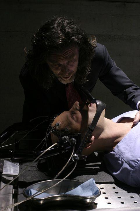 Als Clark erfährt, dass Lionel (John Glover, stehend) Lex (Michael Rosenbaum, vorne) in der Psychiatrie festhält, beschließt er, seinen Freund zu be... - Bildquelle: Warner Bros.