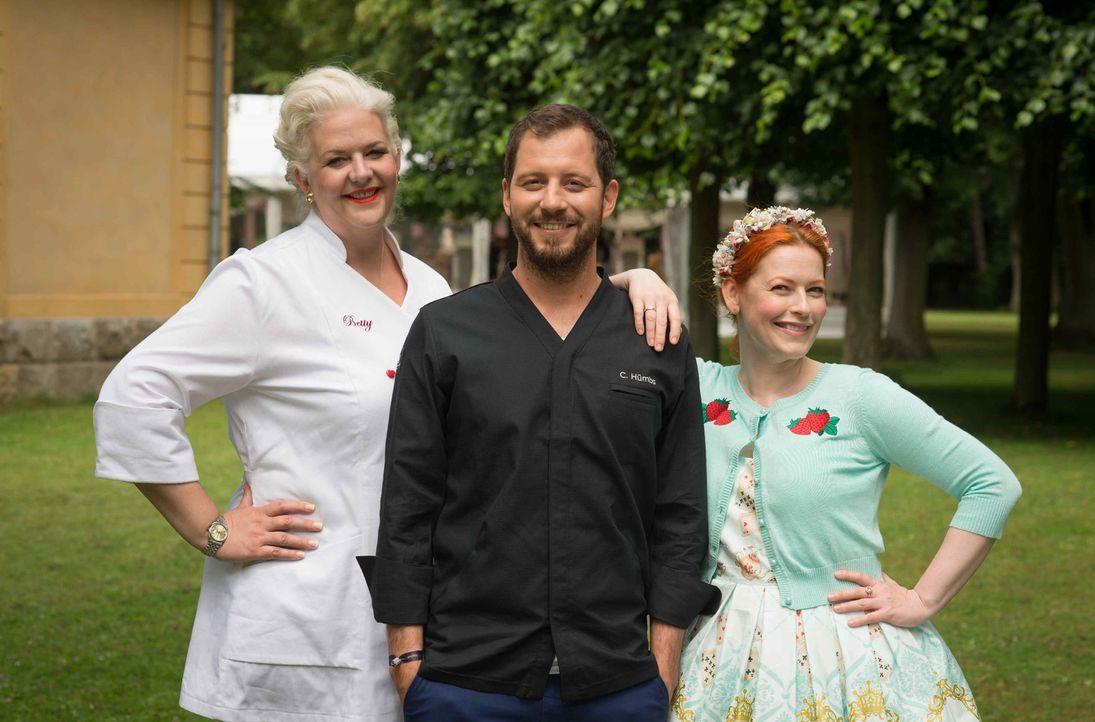 """""""Das große Backen"""" mit Christian Hümbs (M.), Enie van de Meiklokjes (r.) und Betty Schliephake-Burchardt (l.) ... - Bildquelle: Claudius Pflug SAT.1"""